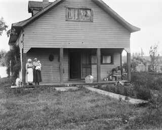 Jones family at their house on Swan Lake, 1917