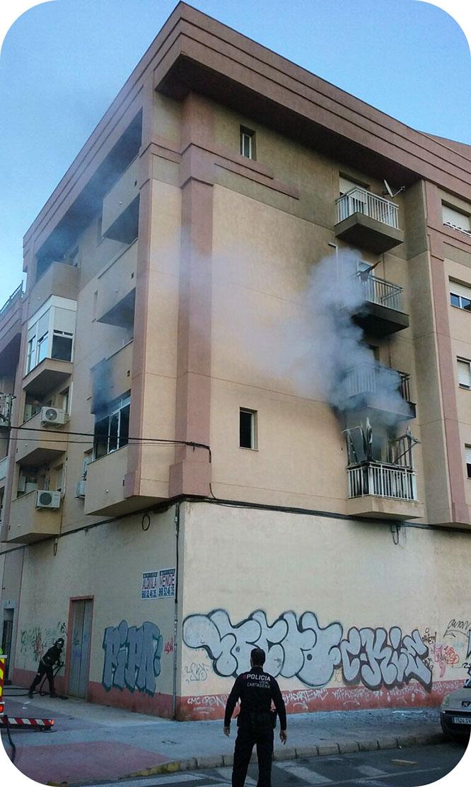 Un hombre se arroja al vacío huyendo de un incendio