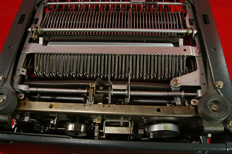 RD18946 1969 Olympia SM9 De Luxe Portable Typewriter with Hard Shell Case & Manual SN 3933039 DSC00021
