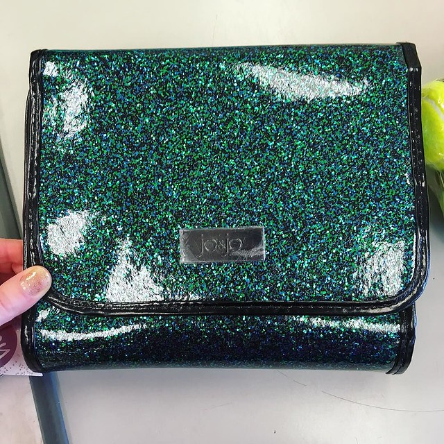 I assumed I wouldn't find anything I liked at T. J. Maxx but this glitter traveling make-up/jewelry case said Hellooooo! 💚✨✨✨