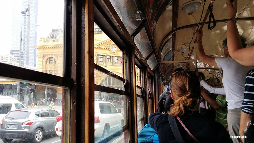 Historiallisen raitiovaunun kyydissä Melbournessa, Australiassa