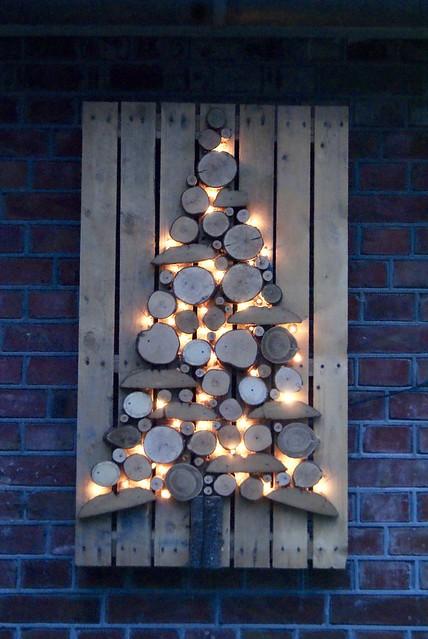 Houten kerstboom met lichtjes buiten
