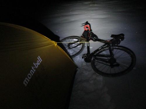 雪上幕営練習。 自転車でテントを固定できることに気付く。