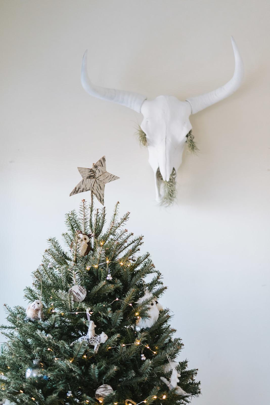 White Styled Christmas Tree on juliettelaura.blogspot.com