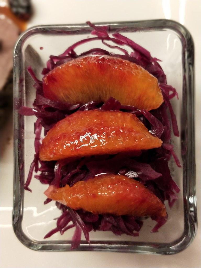 Geschmorter Hirschbraten und lauwarmer Rotkrautsalat mit Orangen