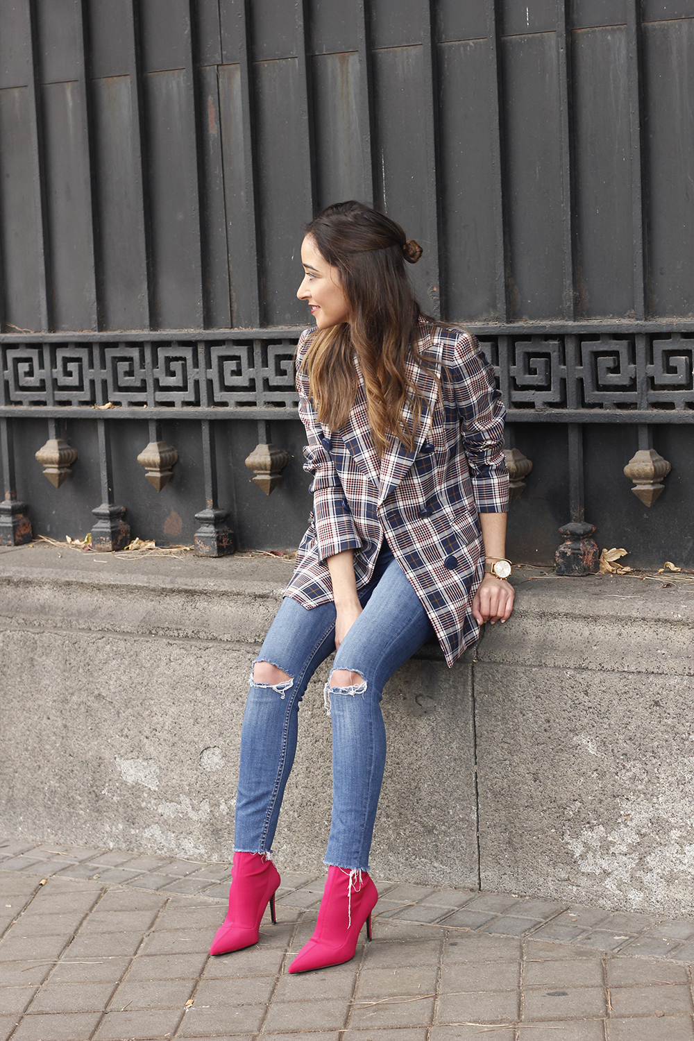 check blazer ripped jeans pink booties street style fashion outfit08
