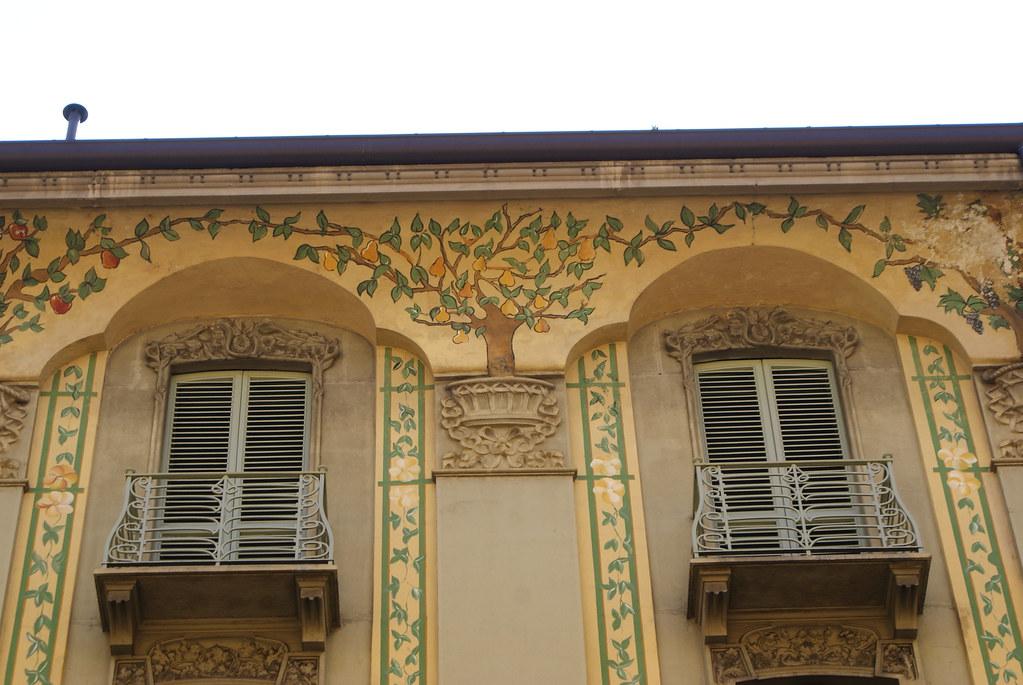 Fenêtres avec des motifs végétaux à Turin.