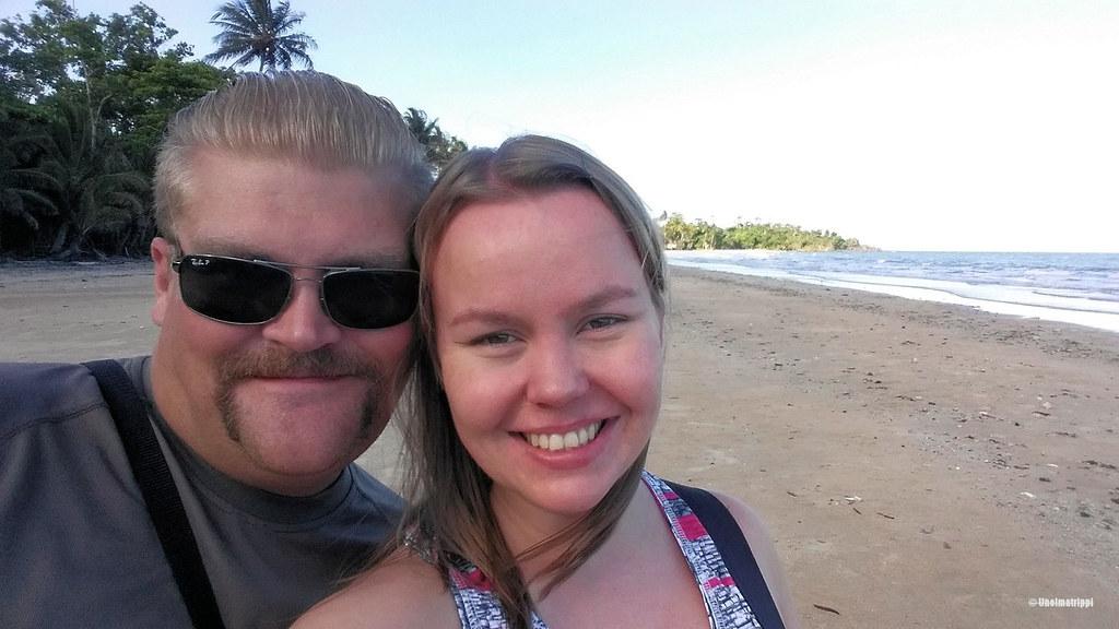 Hemmo ja Jenni Mission Beachillä pohjoisen Australian tropiikissa