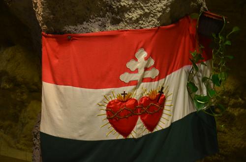 Die leidenden Herzen auf einer Fahne