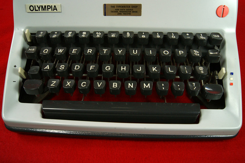 RD18946 1969 Olympia SM9 De Luxe Portable Typewriter with Hard Shell Case & Manual SN 3933039 DSC00019