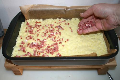 17 - Hälfte des Specks auf Kloßteig verteilen / Put half of bacon dices on dumpling dough