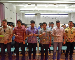 """Engineering graduates take the customary Order of the Engineer oath during the college's convocation ceremony on December 15.  For more photos go to the college's Flickr site at:  <a href=""""https://www.flickr.com/photos/eaauh/albums/72157689598757311"""">www.flickr.com/photos/eaauh/albums/72157689598757311</a>"""