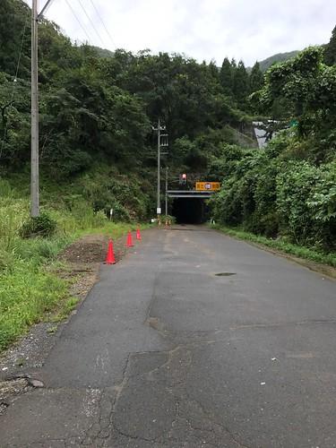 えらい昔の隧道なので片側交互通行