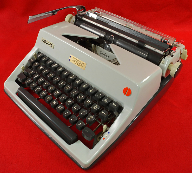 RD18946 1969 Olympia SM9 De Luxe Portable Typewriter with Hard Shell Case & Manual SN 3933039 DSC03203