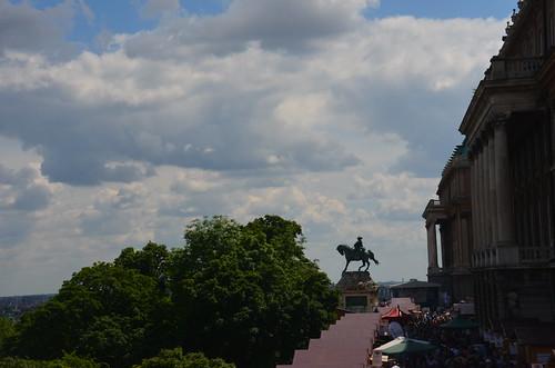 Ein Reiterdenkmal vor dem Burgpalast Budapest