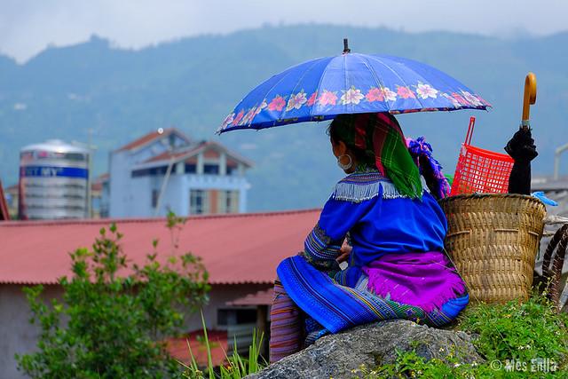 Chica Hmong descansando en el mercado de Bac Ha