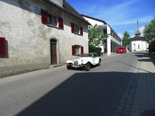 20170615 05 130 Jakobus Satteins Wolken Häuser Kapelle Turm Oldtimer Autos