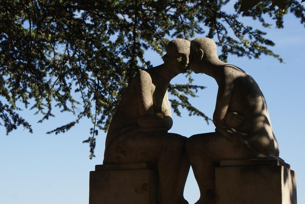 Sculpture d'amoureux dans le jardin des Chartreux à Lyon.