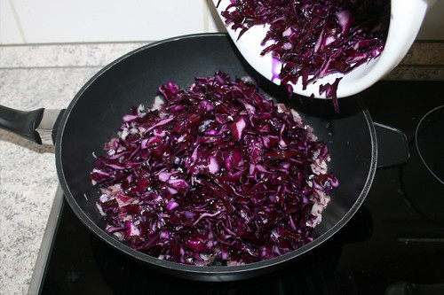 42 - Rotkohl in Pfanne geben / Put red cabbage in pan