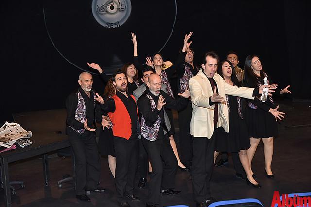Alanya Belediye Tiyatrosu, Türk tiyatrosunun başyapıtlarından 'Gözlerimi Kaparım Vazifemi Yaparım' oyununu seyirciyle buluşturdu. -4