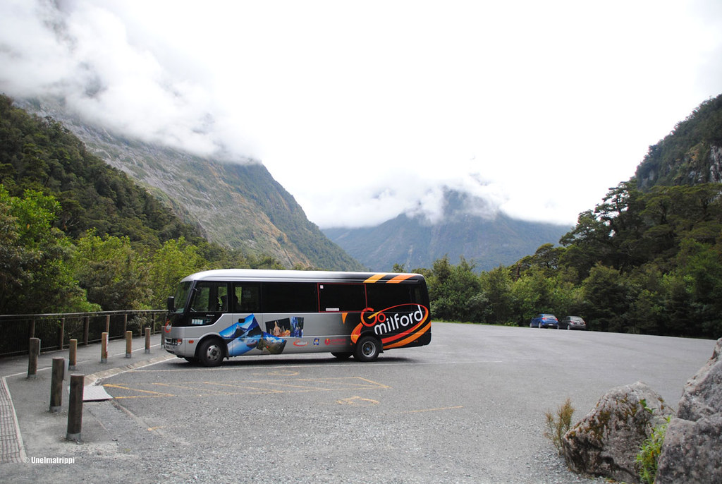 Bussi The Chasmin parkkipaikalla, Milford Sound Highway, Uusi-Seelanti