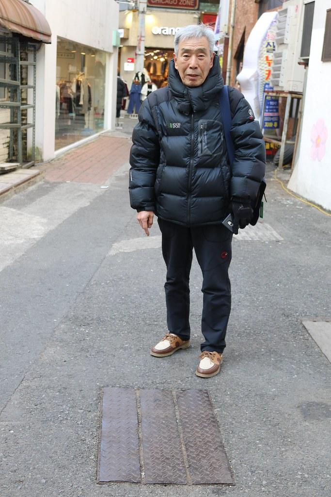 12성남동 울산역 취수정 자리를 가리키는 김기석씨(72)