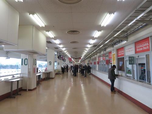 金沢競馬場の3階の馬場側コンコース