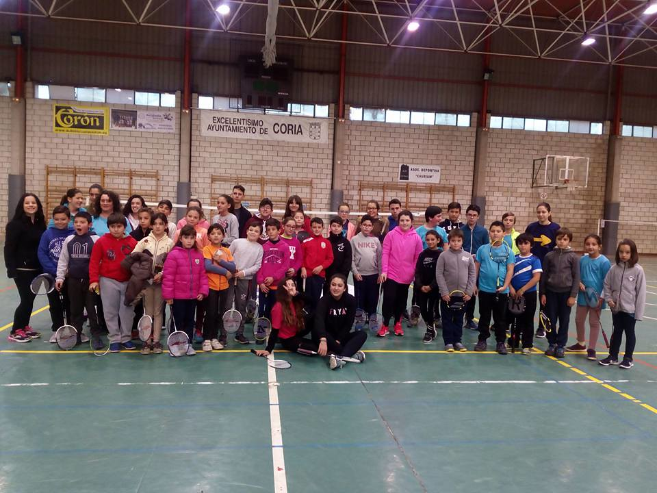 Noventa particpantes se dan cita en el VI Torneo de Bádminton