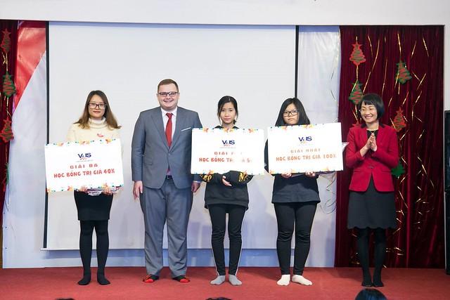 Đại diện Anh Văn Hội Việt Mỹ - VUS Hà Nội trao giải cho học sinh