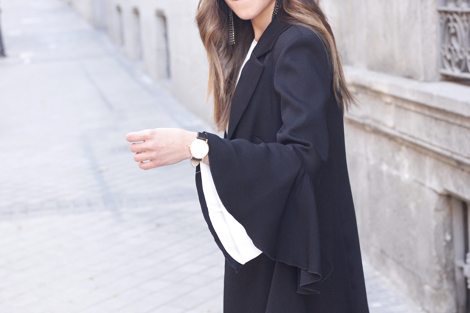 black blazer with flared sleeves black jeans with golden stripe uterqüe heels style outfit fashion12