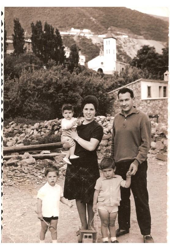 Con mi padre y mi madre, los tres mayores.