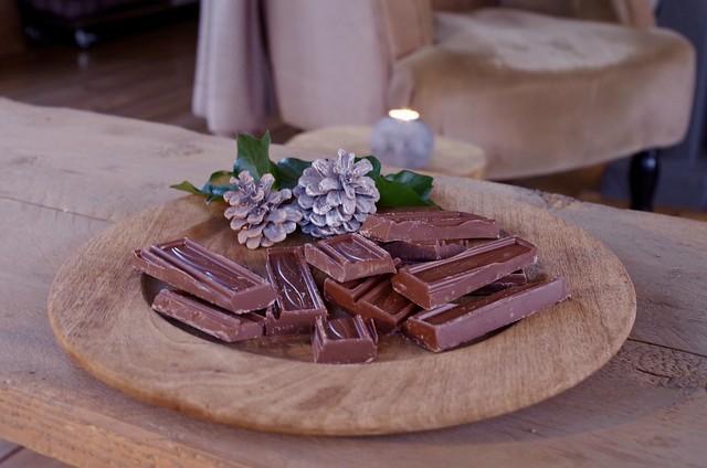 Chocoladebrokken op houten plank