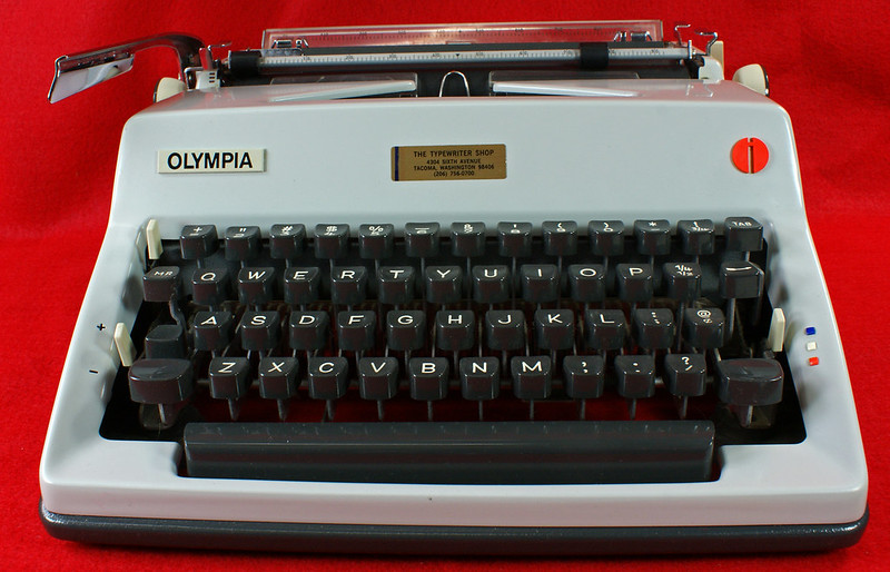 RD18946 1969 Olympia SM9 De Luxe Portable Typewriter with Hard Shell Case & Manual SN 3933039 DSC00006