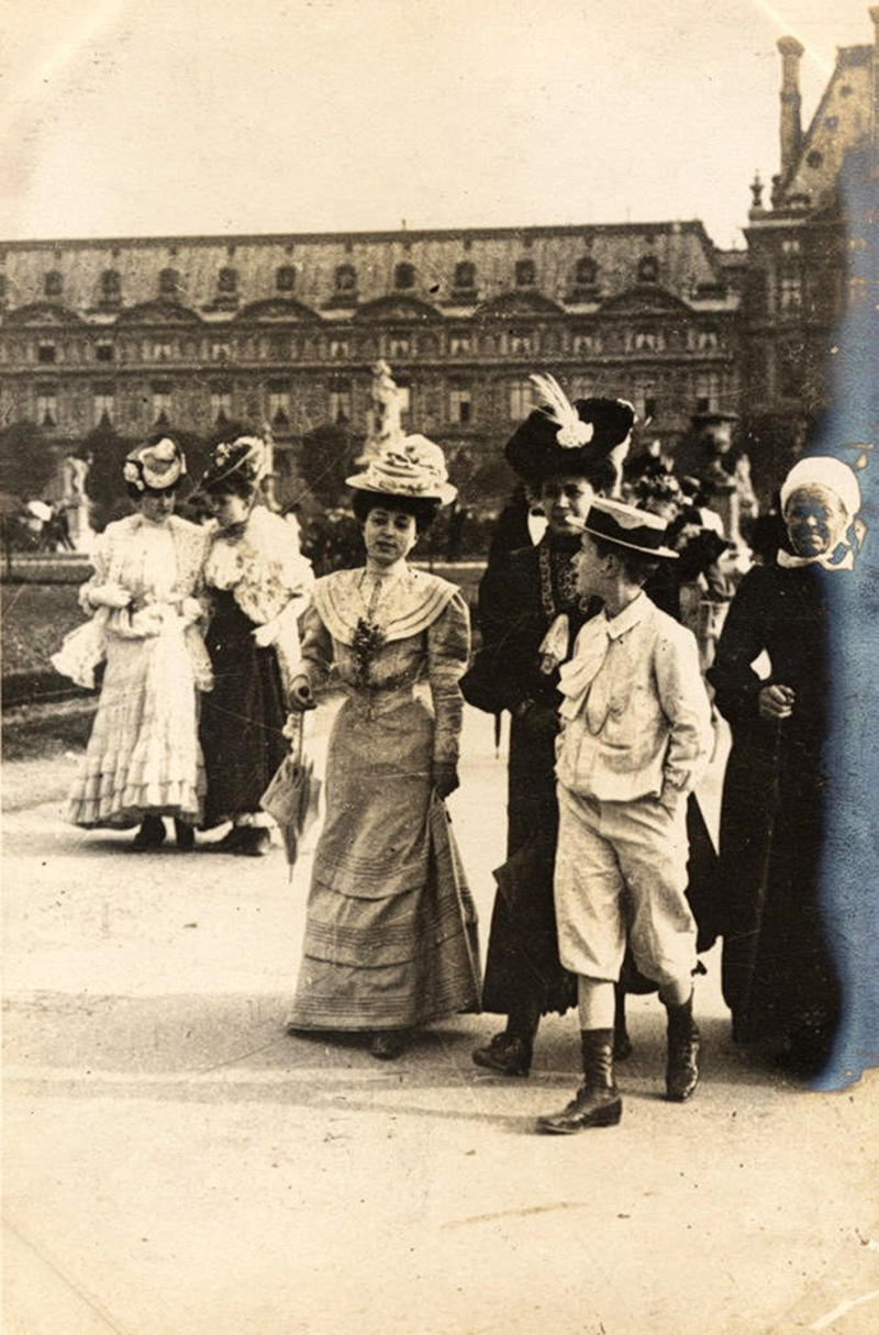 Fashionable Parisians at Place du Louvres, Paris, 1906