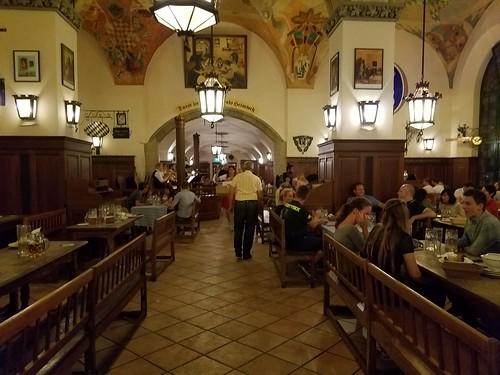 ホーフブロイハウスは雰囲気が良い。中世の酒場のよう