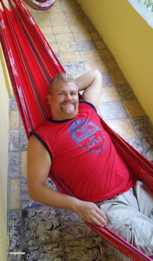 Hemmo Monte Sol -hostellilla huoneemme parvekkeen riippumatossa, Puerto Viejo, Costa Rica