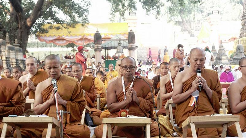 Bhikkhu dari delegasi Indonesia memimpin pelantunan Tipitaka pada International Tipitaka Chanting Ceremony Ke-13 di bawah Pohon Bodhi, Vihara Mahabodhi, Bodh Gaya, India.