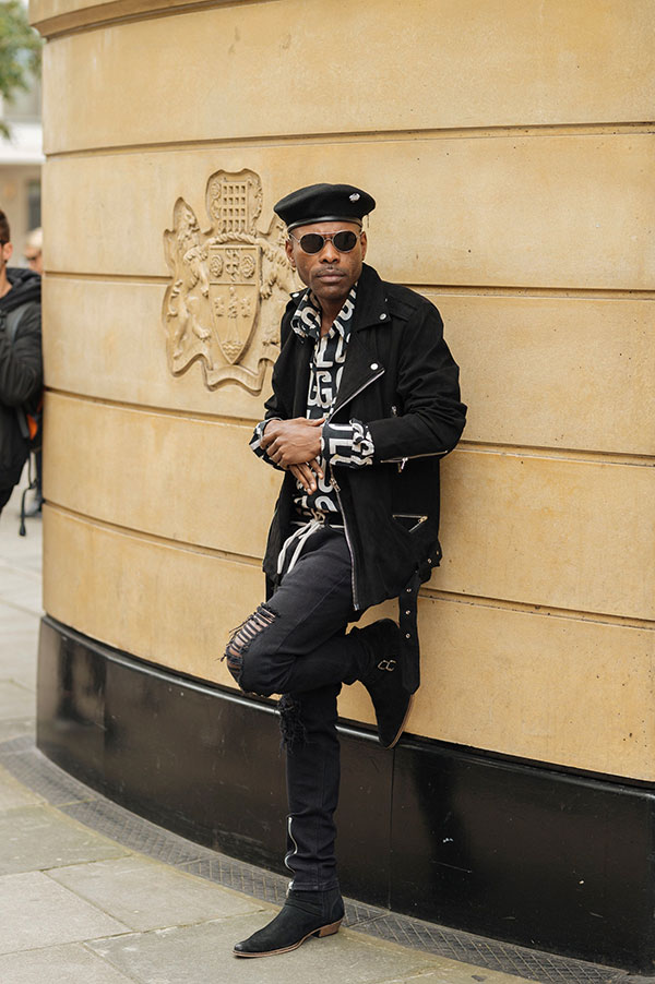黒ベレー帽×黒ダブルライダース×黒柄シャツ×黒ダメージパンツ×黒スエードブーツ