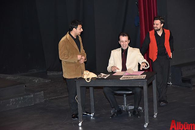 Alanya Belediye Tiyatrosu, Türk tiyatrosunun başyapıtlarından 'Gözlerimi Kaparım Vazifemi Yaparım' oyununu seyirciyle buluşturdu. -3