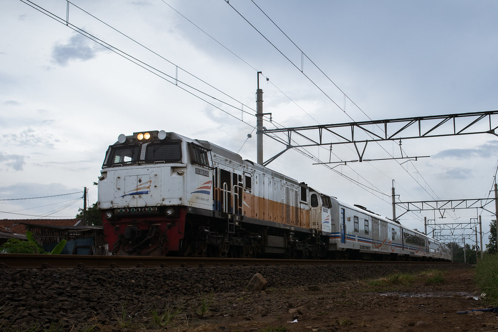 CC 206  ( 42 I GE CM20EMP); KA Argo Lawu; PJL 81 (Near Stasiun Bekasi)