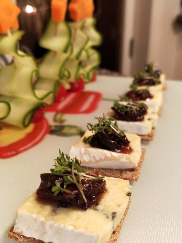 ... und ein Cracker mit Cambozola und Feigen-Oliven-Chutney