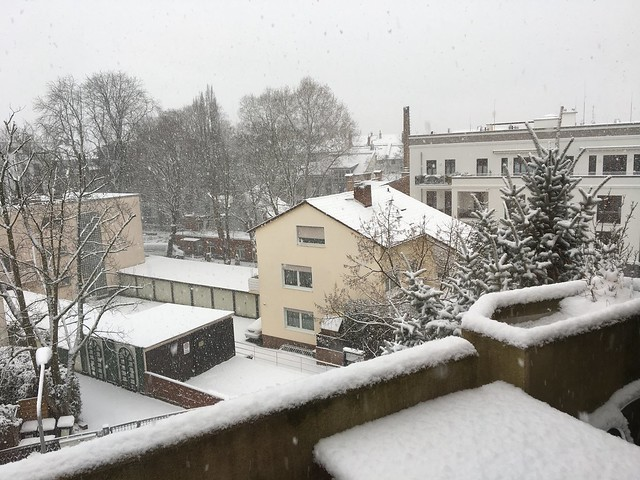 バルコニーにも全力で積もる雪