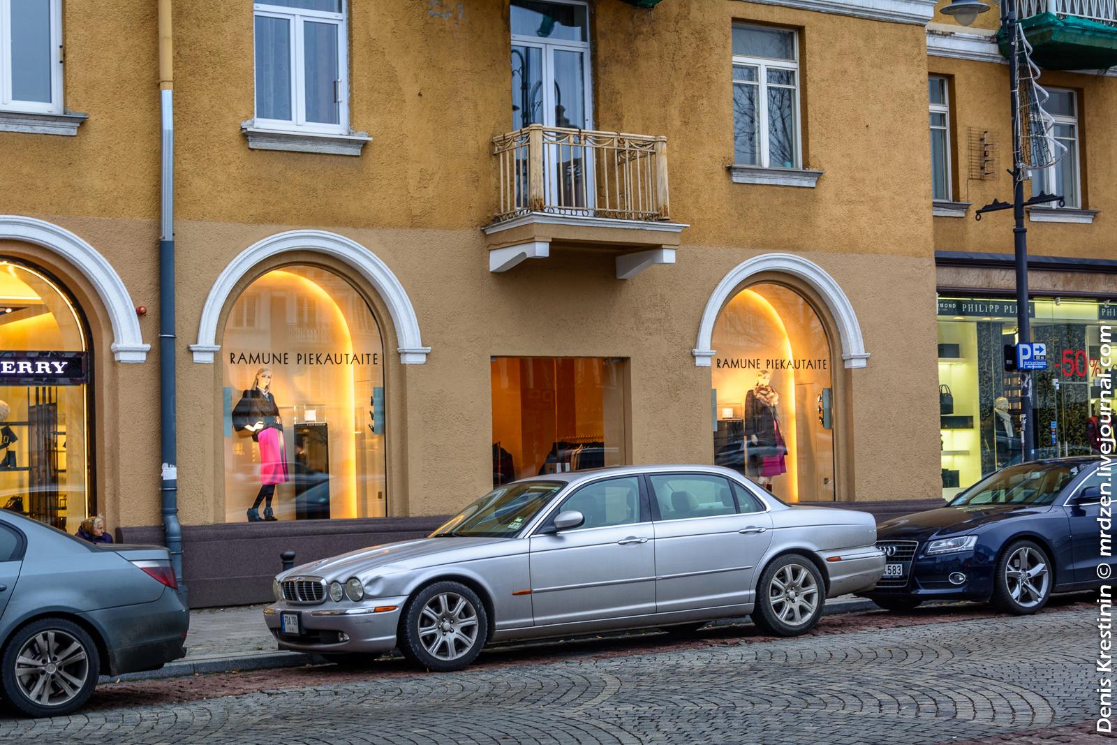 Вильнюс. Старый город. Jaguar XJ.
