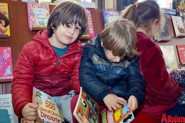 Çocuklar kitapları inceledi.
