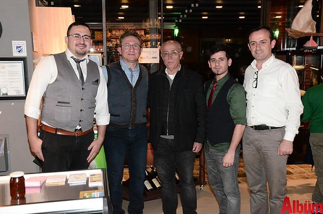 İşletme sahipleri Mehmet Nedanlı, Emre Argun, ekip arkadaşları ve Hasan Sipahioğlu ile birlikte Albüm için poz verdi.