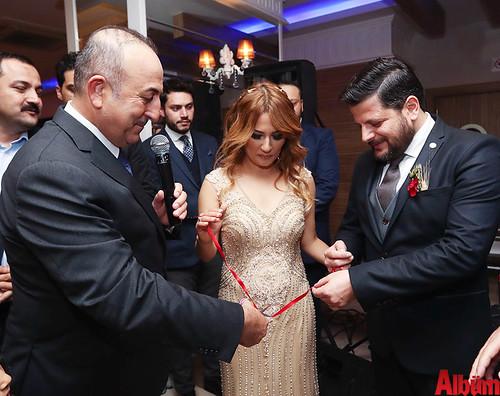 Genç çiftin nişan yüzüklerini Dışişleri Bakanı Mevlüt Çavuşoğlu taktı.