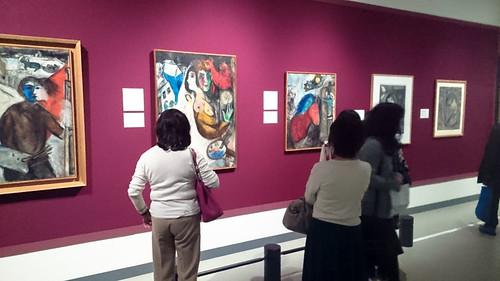 色彩豊かなシャガールの絵画が並ぶ会場