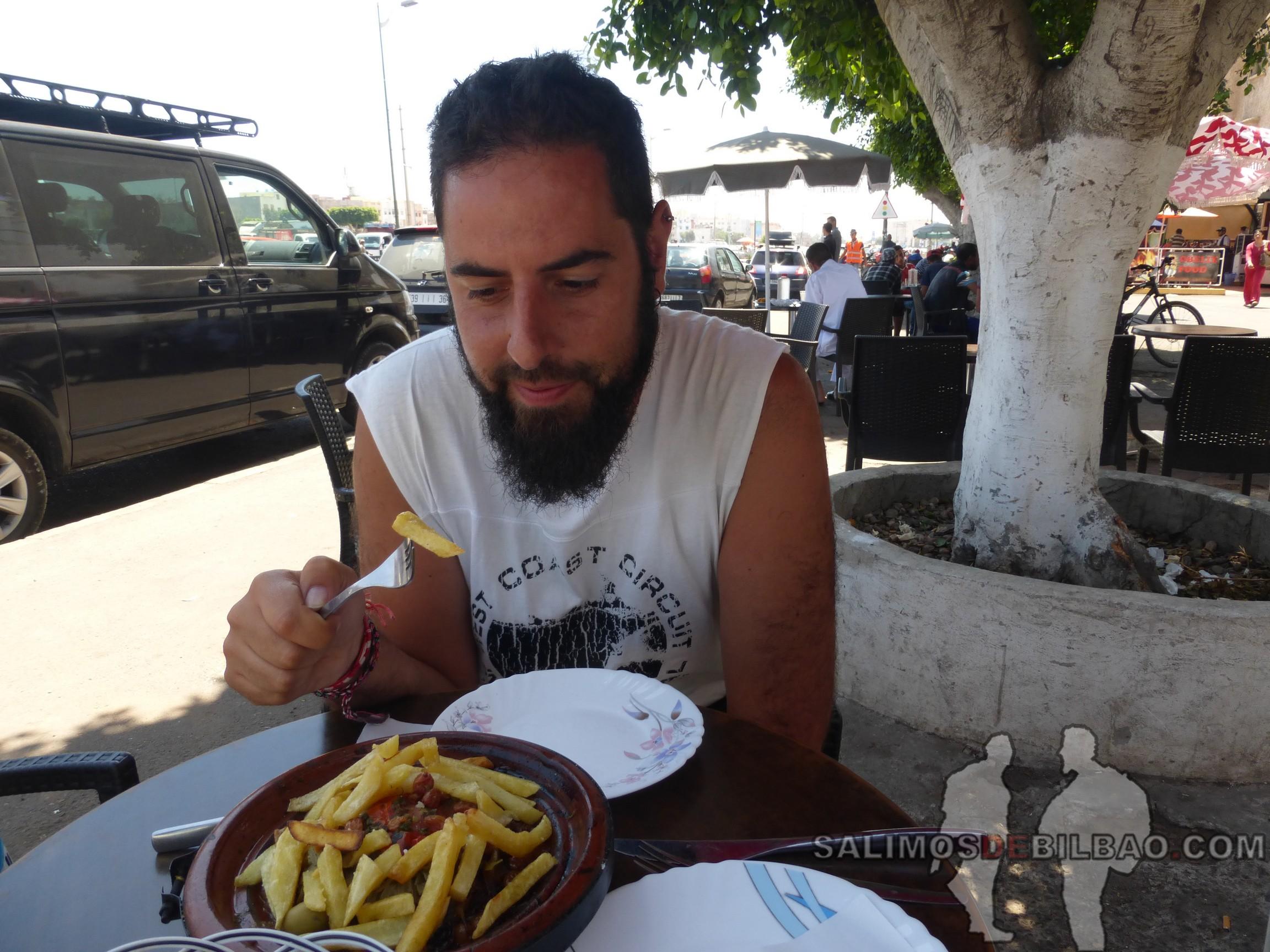 454. Katz, comiendo tagine, Agadir