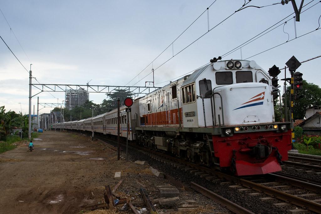 CC 201 ( 63 I GE U18C); KA Matarmaja; PJL 81 (Near Stasiun Bekasi)