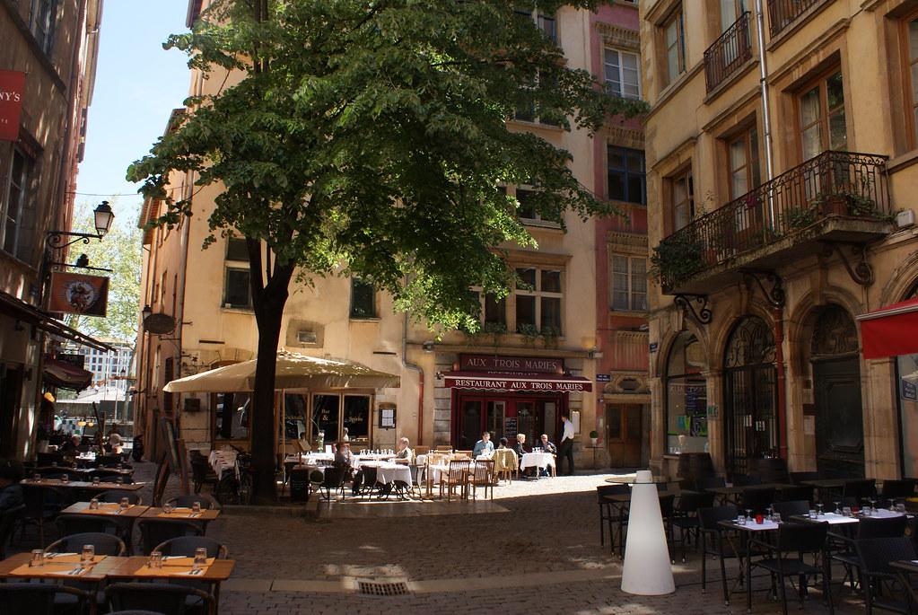 Restaurants sur une place du quartier de Saint Jean à Lyon.